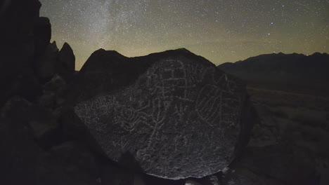 Dolly-Shot-Time-Lapse-En-La-Noche-De-Un-Sitio-De-Petroglifos-De-Paiute-Del-Valle-Sagrado-De-Owens-En-Las-Sierras-Orientales-De-California