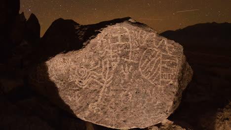 Dolly-Shot-Time-Lapse-En-La-Noche-De-Un-Sitio-De-Petroglifos-De-Paiute-Del-Valle-Sagrado-De-Owens-En-Las-Sierras-Del-Este-De-California-4