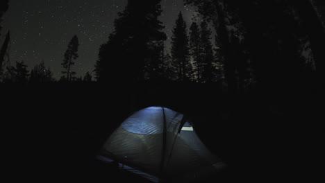 Movimiento-Nocturno-Dolly-Lapso-De-Tiempo-De-Una-Tienda-De-Campaña-Ligera-Y-Estrellas-En-El-Camping-De-Sardine-Lake-En-Sierra-Buttes-California