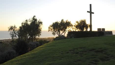 Lapso-De-Tiempo-De-Gente-Disfrutando-De-La-Atardecer-Detrás-De-Una-Cruz-En-Grant-Park-En-Ventura-California