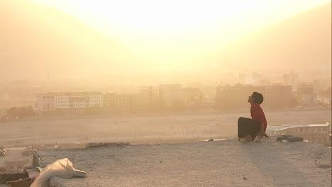 Un-Niño-Mira-A-Kabul-Afganistán-Durante-Una-Tormenta-De-Polvo