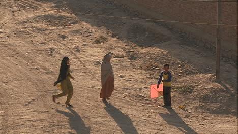 Fußgänger-Auf-Der-Straße-In-Kabul-Afghanistan-A