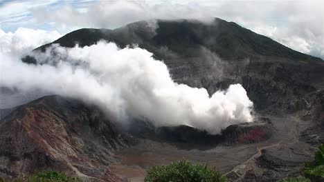 The-Poas-volcano-in-Costa-Rica-smokes-and-steams