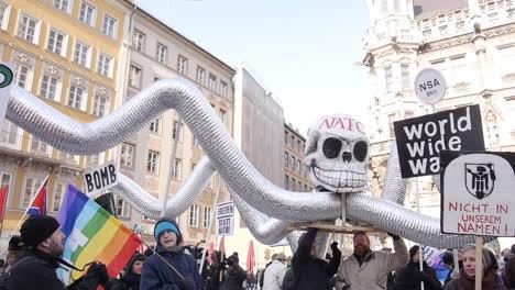 Europäische-Demonstranten-Gehen-Auf-Die-Straße-Um-Gegen-Die-Mitgliedschaft-In-Der-NATO-Und-Der-Europäischen-Union-Zu-Protestieren