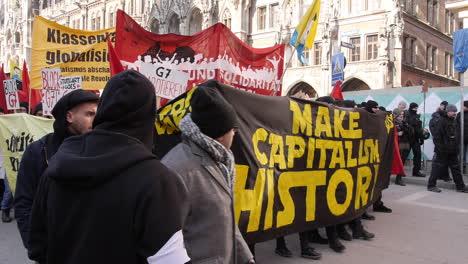 Europäische-Demonstranten-Gehen-Auf-Die-Straße-Um-Gegen-Die-Mitgliedschaft-In-Der-NATO-2-Zu-Protestieren