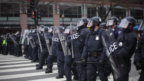 Police-in-riot-gear-form-a-line-to-confront-protestors-at-Trump-s-Inauguration-in-Washington-DC