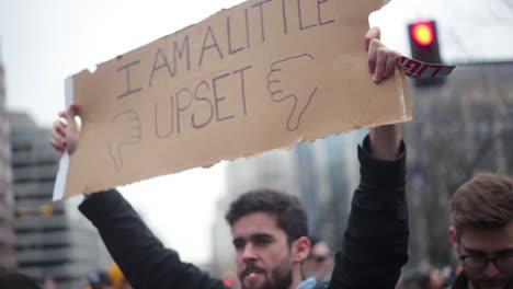 Los-Manifestantes-Llevan-Un-Cartel-Que-Dice-&#39-estoy-Un-Poco-Molesto&#39-En-Un-Mitin-Antitrump-En-Washington-Dc
