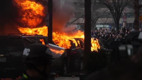 Un-Gran-Incendio-Se-Desata-Cuando-La-Violencia-Estalla-En-La-Inauguración-De-Donald-Trump-En-Washington-Dc