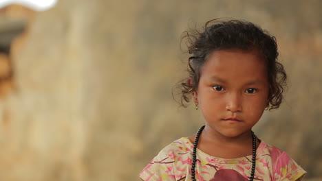 Ein-Kleines-Nepalesisches-Junges-Mädchen-Schaut-In-Die-Kamera