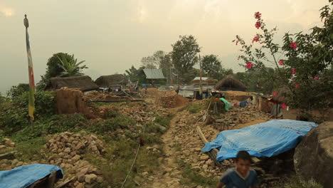 Un-Niño-Corre-A-Través-De-Las-Ruinas-Derruidas-De-Un-Edificio-Tras-El-Terremoto-En-Nepal-En-Abril-De-2015