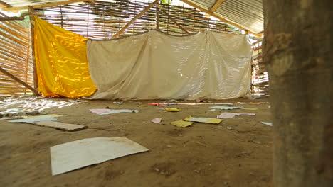 Plano-En-Movimiento-A-Través-Del-Interior-De-Una-Casa-En-Ruinas-Tras-El-Terremoto-En-Nepal-En-Abril-De-2015-1