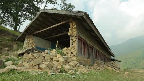 Plano-En-Movimiento-Junto-Al-Exterior-De-Una-Casa-En-Ruinas-Tras-El-Terremoto-De-Nepal-En-Abril-De-2015