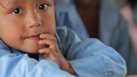 Ein-Kleines-Nepalesisches-Junges-Mädchen-Schaut-In-Die-Kamera-1