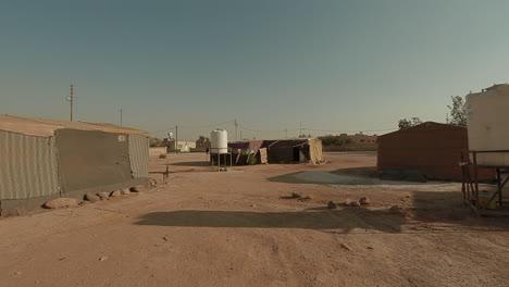 Pan-A-Través-De-Un-Campamento-De-Refugiados-Sirios-En-El-Desierto-De-Jordania