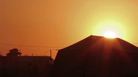 El-Sol-Sale-Detrás-De-Un-Campamento-De-Refugiados-Sirios-En-El-Desierto-De-Jordania-
