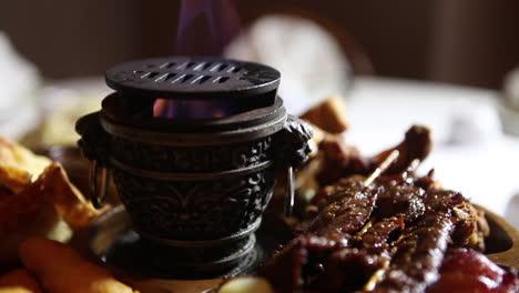 Fleisch-Und-Lebensmittel-Kreisen-Auf-Einem-Hibachi-Grill
