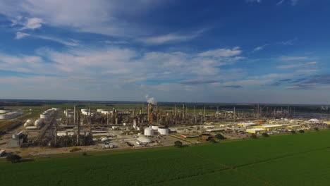 Eine-Antenne-über-Einer-Industriellen-Ölraffinerie-In-Einem-Gebiet-Von-Natürlicher-Schönheit