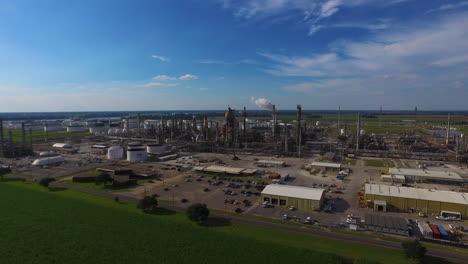 Eine-Antenne-über-Einer-Industriellen-Ölraffinerie-In-Einem-Gebiet-Natürlicher-Schönheit