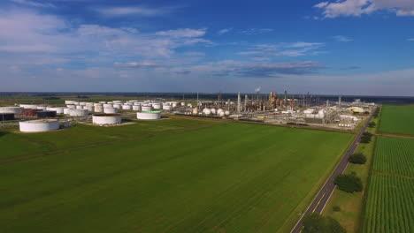 Eine-Antenne-über-Einer-Industriellen-Ölraffinerie-In-Einem-Gebiet-Von-Feldern-Und-Farmen