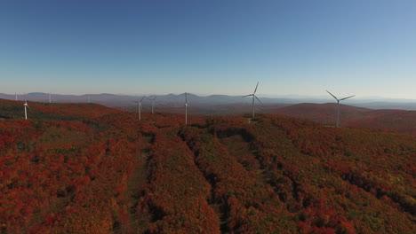Eine-Antenne-über-Einem-Windpark-In-Einer-Wunderschönen-Gegend-Von-Neuengland-Im-Herbst-1