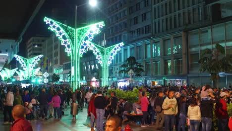 Multitudes-De-Personas-Caminan-En-Un-Distrito-Comercial-Del-Centro-De-Bogotá-Colombia-En-La-Noche