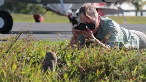Ein-Naturfotograf-Fotografiert-Eine-Grabende-Eule-In-Ihrem-Nest-1