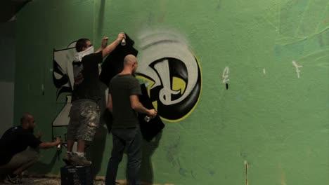 Disparo-De-Lapso-De-Tiempo-De-Graffiti-Rociado-En-Una-Pared-Por-Etiquetadores