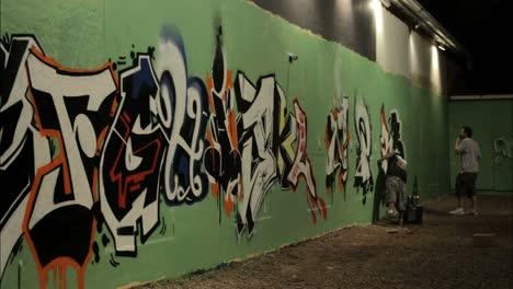 Disparo-De-Lapso-De-Tiempo-De-Graffiti-Rociado-En-Una-Pared-Por-Etiquetadores-2