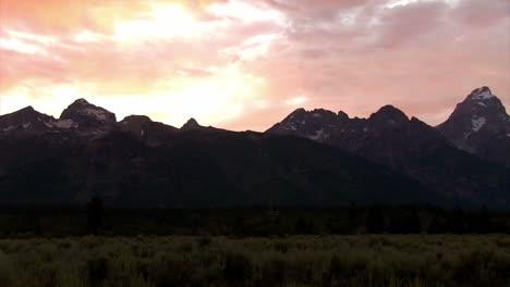 Langsamer-Schwenk-über-Die-Grand-Tetons-Mountains-Bei-Dämmerung-Oder-Sonnenaufgang