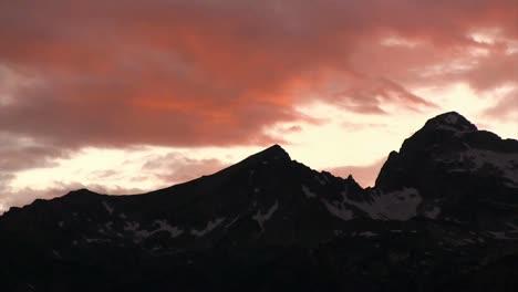Langsamer-Schwenk-über-Die-Grand-Tetons-Mountains-Bei-Dämmerung-Oder-Sonnenaufgang-1