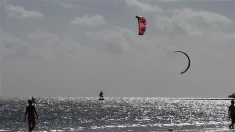 Menschen-Treiben-Kiteboarding-An-Einer-Sonnigen-Küste