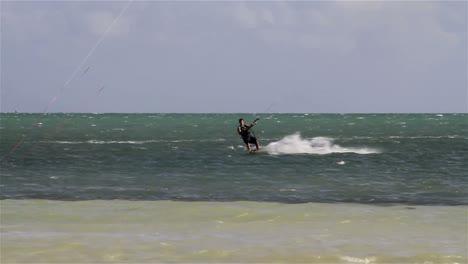 Menschen-Treiben-Den-Schnellen-Sport-Kiteboarding-Entlang-Einer-Sonnigen-Küste-3