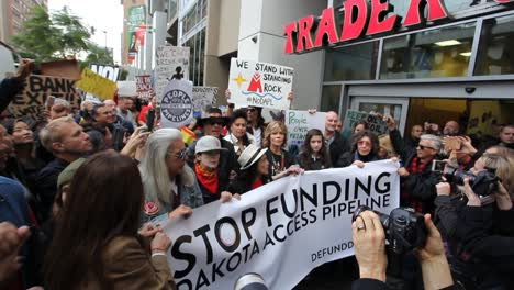 Jane-Fonda-leads-protestors-in-Hollywood-marching-against-the-Dakota-access-pipeline-4