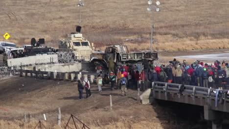 Agentes-Federales-Se-Oponen-A-Las-Multitudes-De-Manifestantes-En-El-Oleoducto-De-Acceso-De-Dakota-En-Dakota-Del-Norte