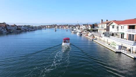Un-Barco-Se-Detiene-En-El-Puerto-De-Oxnard-En-California