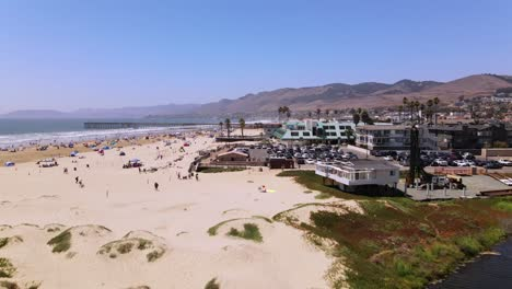 Una-Excelente-Toma-Aérea-De-Un-Estacionamiento-Y-Resort-En-Pismo-Beach-California