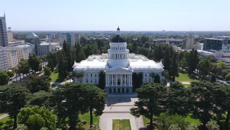 Una-Excelente-Toma-Aérea-Alejándose-Del-Edificio-Del-Capitolio-En-Sacramento-California