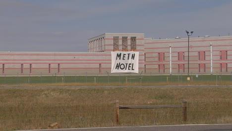 Un-Cartel-Hecho-A-Mano-Fuera-De-Una-Prisión-Dice-Hotel-De-Metanfetamina
