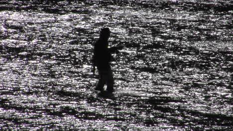 Un-Hombre-Pesca-Con-Mosca-En-Un-Río-Ancho-Y-Poco-Profundo-