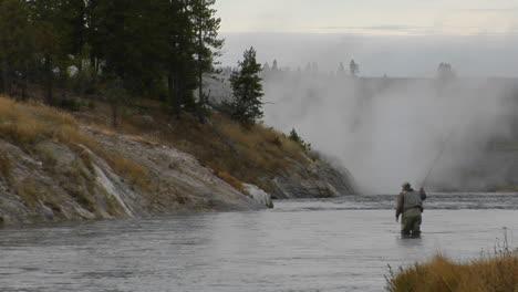 Un-Pescador-Con-Mosca-Lanza-Su-Línea-En-Un-Río-Que-Fluye-2