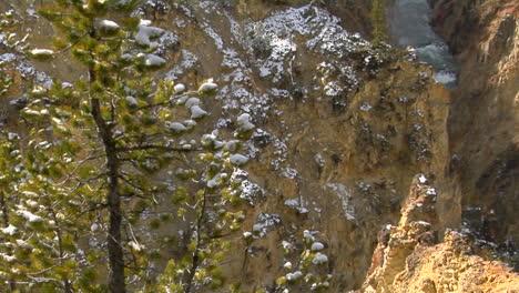 Una-Cascada-Fluye-Por-La-Ladera-De-Una-Montaña-En-El-Parque-Nacional-De-Yellowstone-1