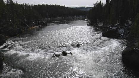 Ein-Breiter-Fluss-Fließt-Durch-Den-Yellowstone-Nationalpark