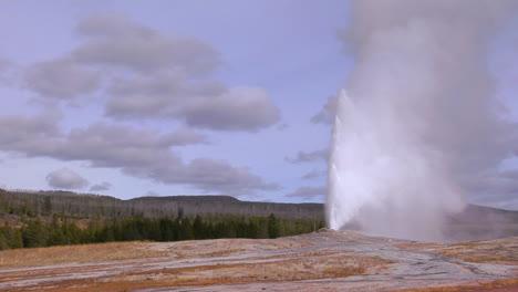 Alte-Gläubige-Brechen-Im-Yellowstone-Nationalpark-Aus-1