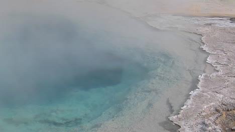 El-Vapor-Se-Eleva-Desde-Una-Piscina-Geotérmica-En-El-Parque-Nacional-De-Yellowstone-2