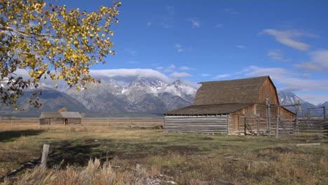 Eine-Alte-Scheune-Mit-Angeschlossenem-Pferch-Verfällt-Langsam-In-Der-Nähe-Der-Großen-Teton-berge