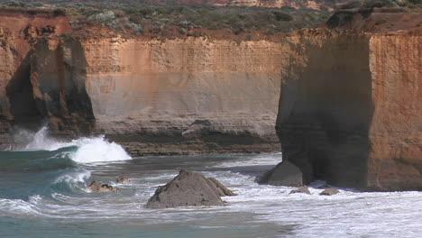 Wellen-Schlagen-An-Einer-Zerklüfteten-Küste-In-Australien-Aus