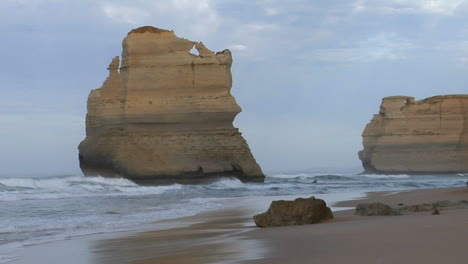 Rock-Formations-Known-As-The-Twelve-Apostles-Along-The-Australian-Coast-2