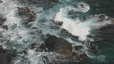 Wellen-Schlagen-über-Felsen-Over