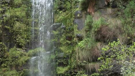 Ein-Hoher-Wasserfall-Ergießt-Sich-In-Einem-Tropischen-Dschungel-Eine-Klippe-Hinunter