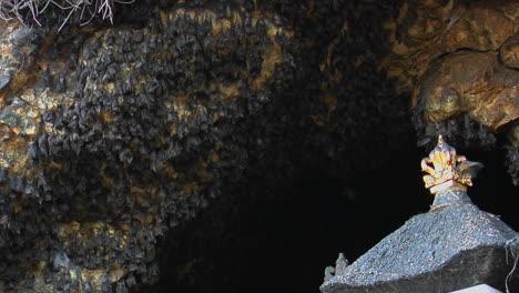 Los-Murciélagos-Cuelgan-De-Una-Pared-En-El-Templo-De-Pura-Goa-Lawah-En-Indonesia